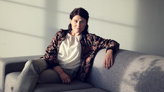 josefine arenius i en soffa