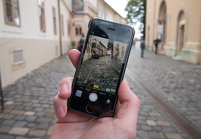 digitalisering mobiltelefon på en gata i staden