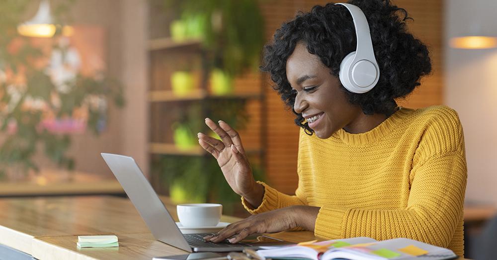 Illustration: kvinna deltar i digitalt möte